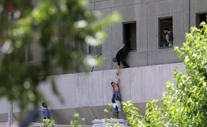 L'Isis rivendica gli attentati multipli di Teheran. Attaccato anche il Parlamento